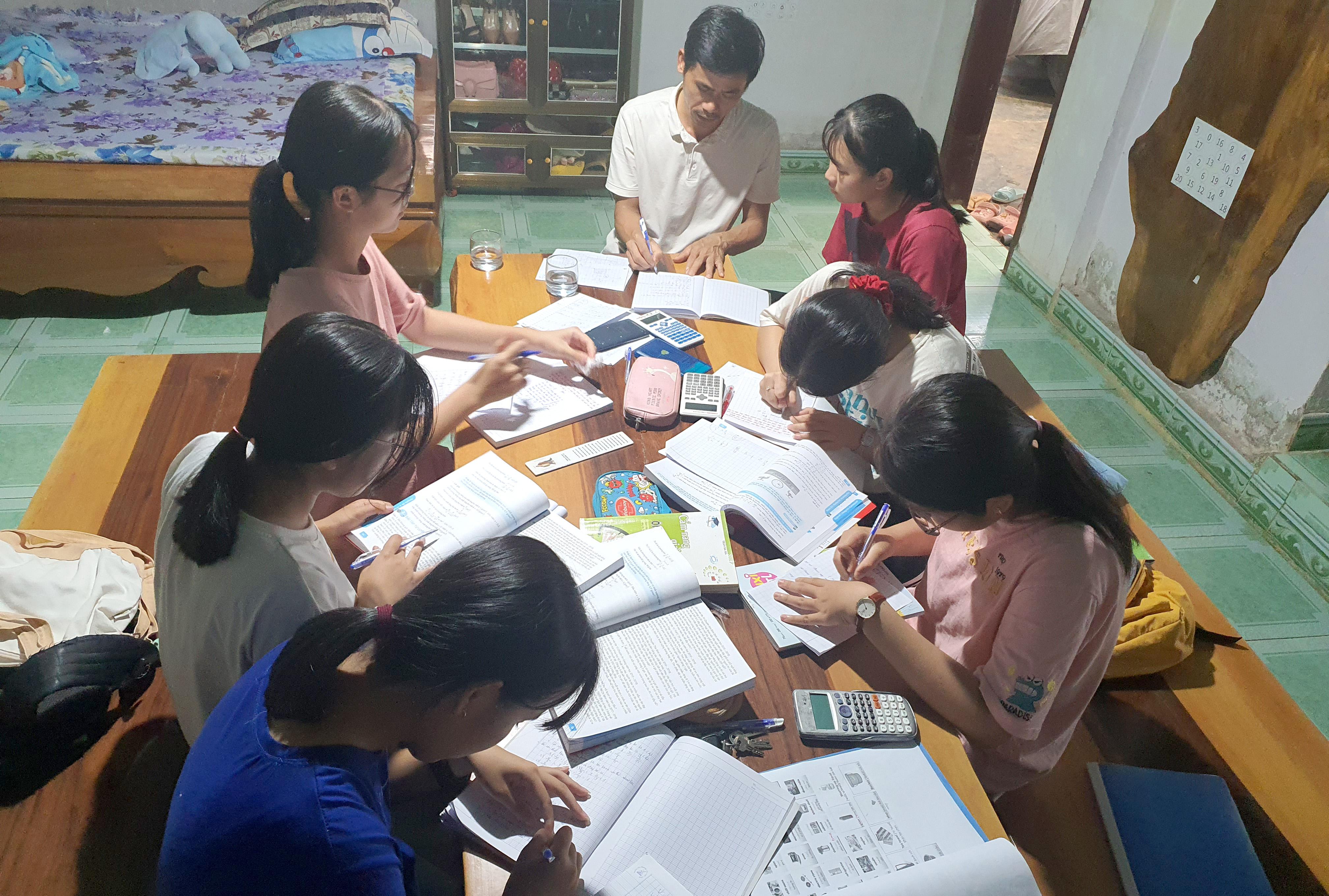Ngoài thời gian bồi dưỡng trên lớp, thầy Diệp Quốc Quang dành thêm thời gian ở nhà để bồi dưỡng các em trong đội tuyển học sinh giởi.