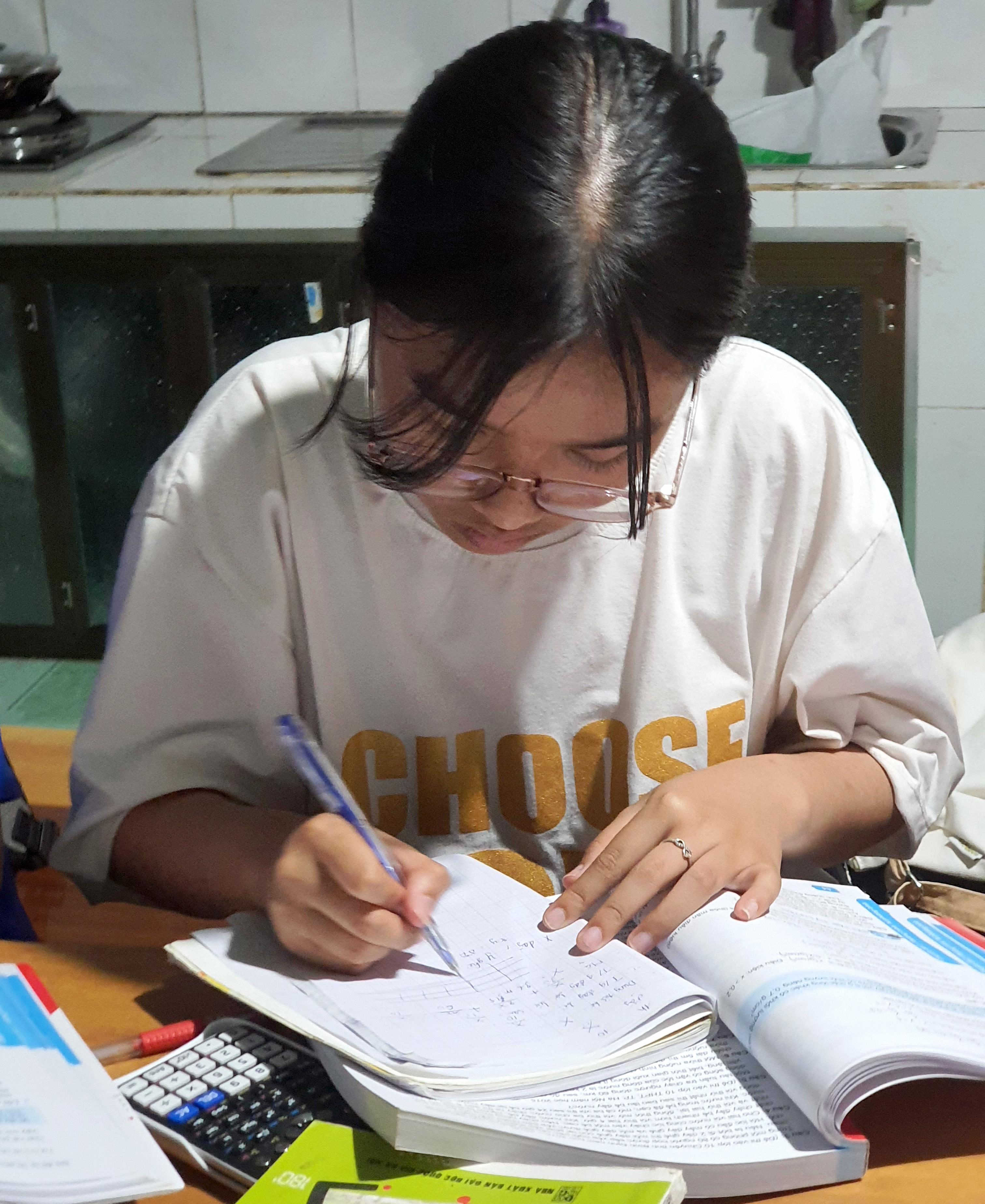 Em Nguyễn Thị Hồng Tâm, học sinh lớp 9 Trường THCS Cư Drăm đoạt giải Nhì môn Văn học sinh giỏi cấp tỉnh năm học 2020 - 2021.