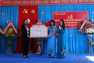 Trường mẫu giáo Sơn Ca, huyện Krông Bông đón Bằng công nhận trường chuẩn Quốc gia mức độ 1 và tổng kết năm học 2017 – 2018